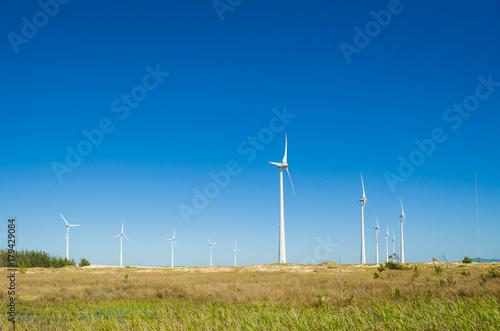 Photo  Ótimo conceito de energia renovável, geradores eólicos em céu azul, energia eólica