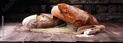 In de dag Bakkerij Freshly baked bread and flour in a bakery concept set.