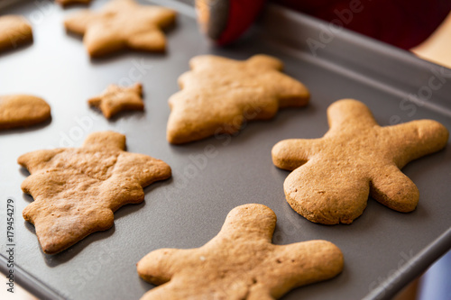 Tuinposter Koekjes Baking tray with gingerbread holiday cookies