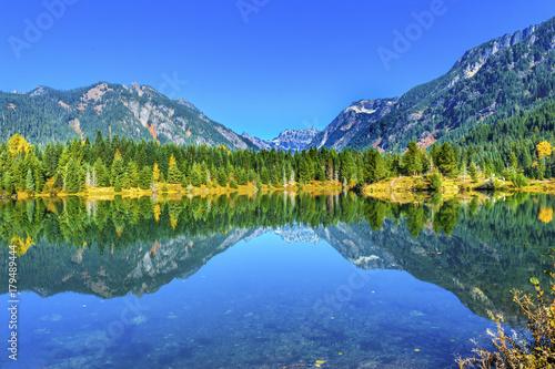 Fotobehang Bergen Gold Lake Reflection Mt Chikamin Peak Snoqualme Pass Washington