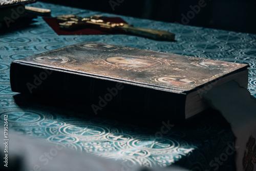 Obraz na płótnie Bible and cross