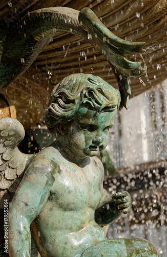 Spoed Foto op Canvas Fontaine Fontaine et statue avec gouttes d'eau