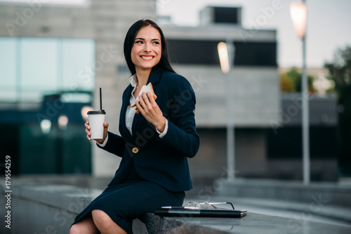 Photo Happy business woman have lunch outdoor