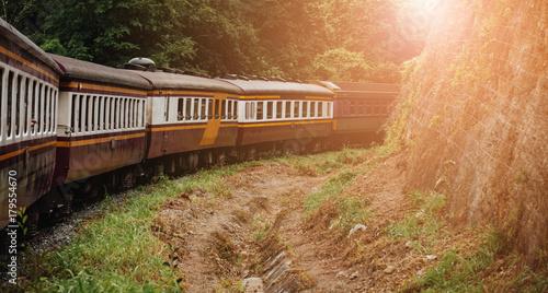 Fototapeta Pociąg porusza się z prędkością, aby wysłać pasażerów. Obiekt jest rozmazany.