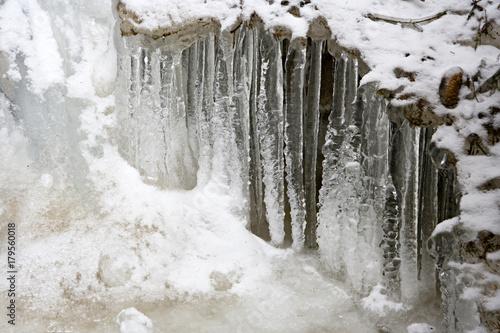 zamarzniete-sople-lodu-na-rzece-w-austrii
