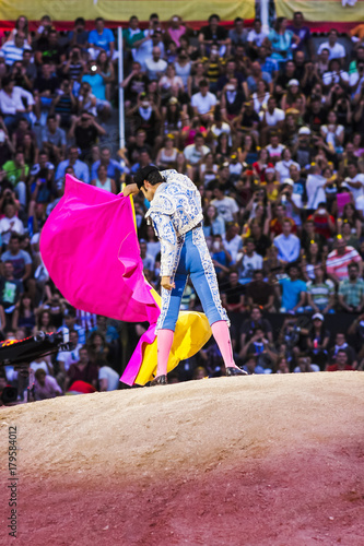Photo sur Aluminium Corrida bullfighter making movements in front of the spectators in the arena