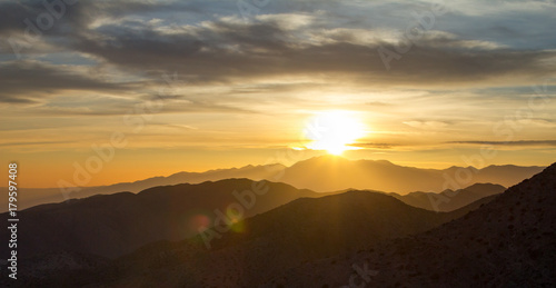 Foto op Aluminium Bergen Panoramic sunset view over the desert mountain landscape of Joshua Tree National Park in California