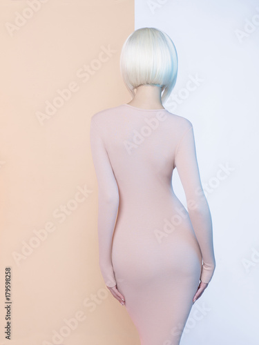 Staande foto womenART Elegant blonde in geometric beige and white background