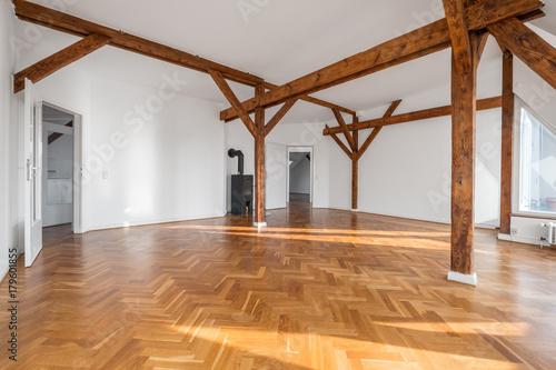 Dachgeschoss Wohnung Zimmer Mit Dachbalken Und Parkett Boden Buy