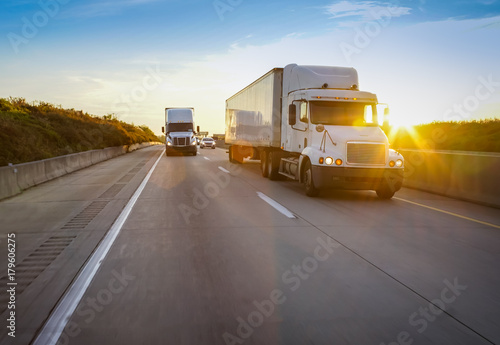 Photo Semi truck on highway at sunset
