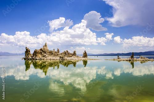 Fotografía Mono Lake, a large, shallow saline soda lake in Mono County, California, with tu