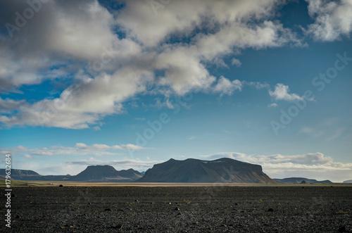 Zdjęcie XXL Krajobrazowy widok z niebieskim niebem i chmurami w Vik Iceland