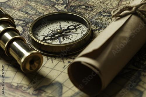 Obraz na płótnie Retro compass with old map and spyglass
