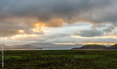 Zdjęcie XXL Zachód słońca nad Islandii Krajobraz z zielonym mchu podczas złotej godziny