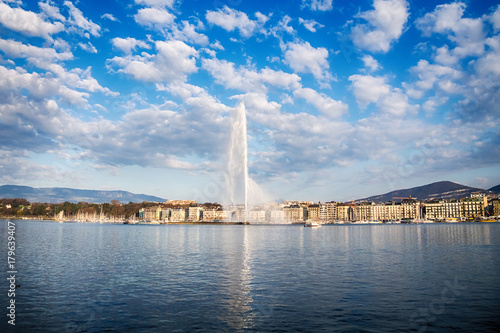 Picture of Jet d'Eau fountain and harbor in Geneva Fototapete