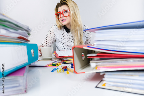 Zdjęcie XXL Szczęśliwa kobieta pije gorącą kawę przy biurem