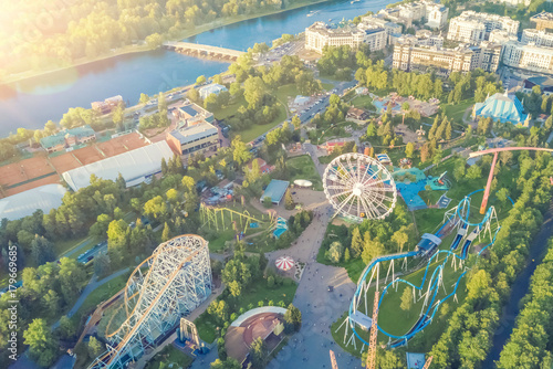 Photo Top view of the amusement park with a ferris wheel and roller coaster