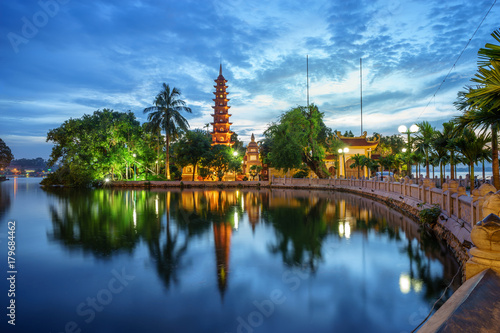 Foto  Panorama view of Tran Quoc pagoda, the oldest temple in Hanoi, Vietnam