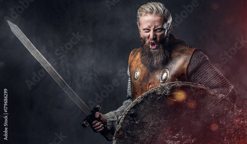 Photo  A man Viking dressed in Nordic armor.