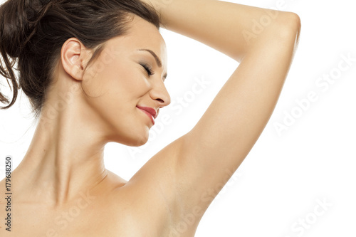 Photo A young woman is satisfied by the scents of her armpits