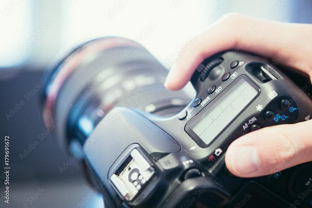 Fototapety, obrazy: Profi Spiegelreflexkamera in der Hand, Nahaufnahme Ausschnitt