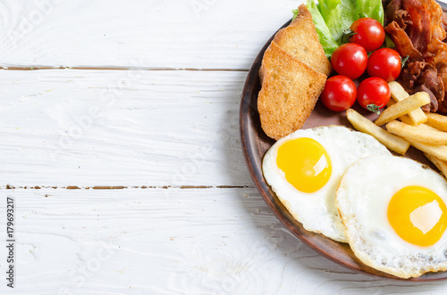 Foto auf Leinwand Eier Breackfast : french fries , bacon and fried eggs