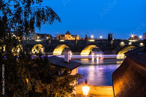 widoczny-z-oddali-most-karola-w-pradze-noca