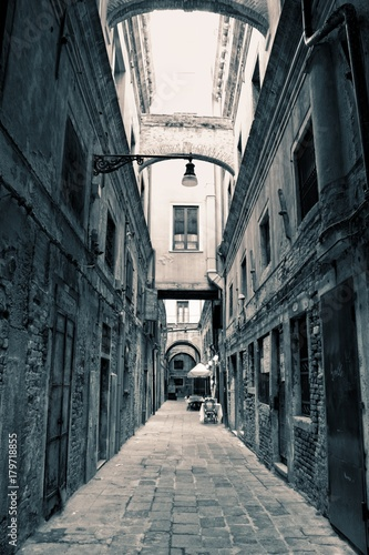 Spoed Foto op Canvas Smal steegje Empty Venice Alley