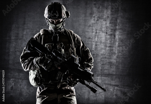 Fotografía  Paratrooper of french 1st Marine Infantry Parachute Regiment RPIMA studio shot f