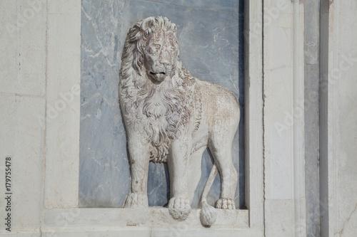 Fotografie, Obraz  Löwenrelief (Leoni marciani) an der Scuola Grande di San Marco, Venedig