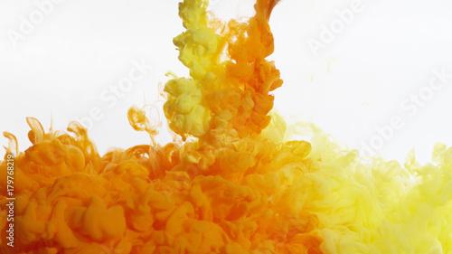 zolte-i-pomaranczowe-mieszanie-farby-dymu