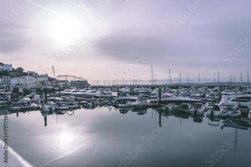 Plakat Port w Torquay ze spokojnymi odbiciami w wodzie