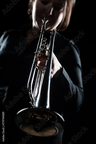 Papiers peints Musique Trumpet player. Woman playing jazz brass instrument