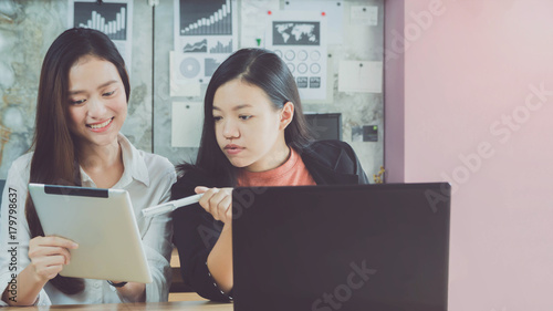 Photo Beautiful young Asian girl and businesswoman meeting & explaining at a home office with a laptop and tablet