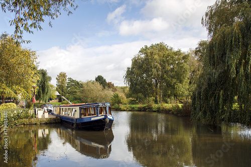 Narrow boat moored on the Avon canal awaiting tourists to cruise down the river Slika na platnu
