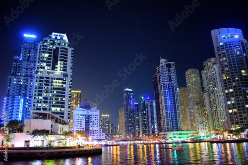 Fototapeta nocny widok pełnego pięknego miasta
