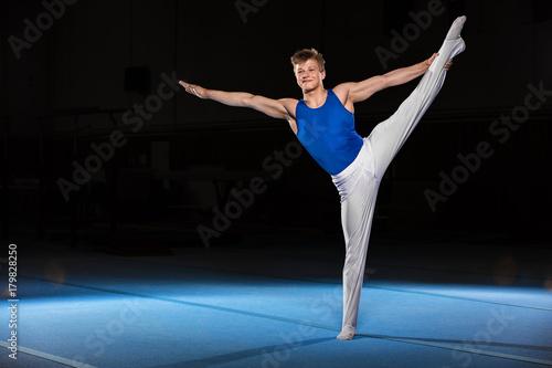 Montage in der Fensternische Gymnastik portrait of young man gymnasts