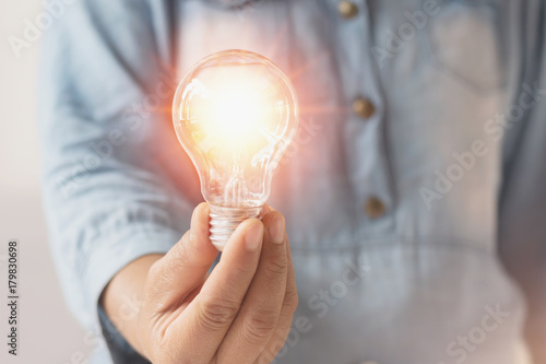 Photo  hand businesswoman holding light bulb, innovation and inspiration concept