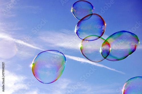 Seifenblasen fliegen schwerelos am Himmel Canvas Print