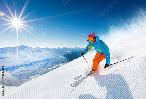 Ingelijste posters Wintersporten Skier skiing downhill in high mountains