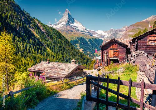 Photo Sunny summer morning in Zermatt village with Matterhorn (Monte Cervino, Mont Cervin) peak on backgroud