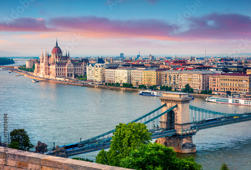Montage in der Fensternische Budapest Colorful evening view of Parliament and Chain Bridge in Pest city