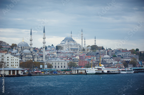 Photo  Istanbul cityscape with boats and Suleymaniye Mosque, Turkey.