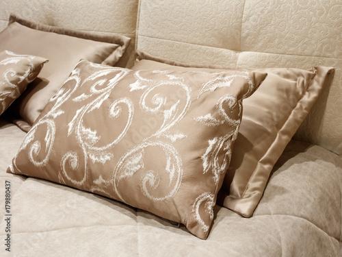 Fotodibond 3D Różne poduszki na łóżku luksusowy nowoczesny styl sypialnia w odcieniach czerwieni i różu, wnętrze sypialni hotelu
