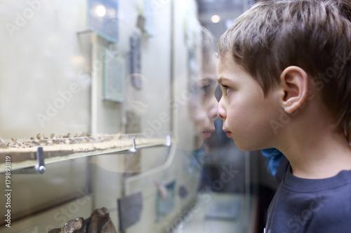 Kid in museum Plakat