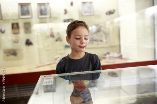 Preschooler in museum Billede på lærred