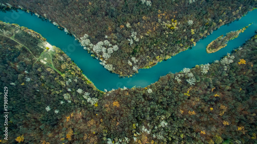 Deurstickers Luchtfoto river flowing in the forest. Aerial view