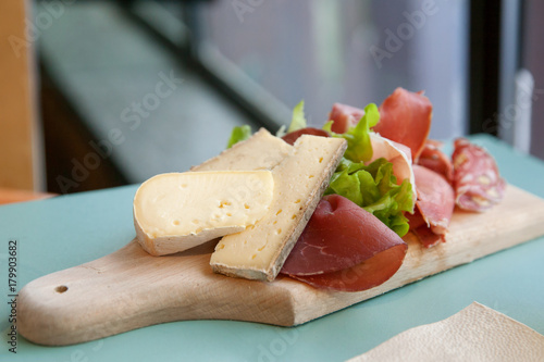 Foto op Aluminium Buffet, Bar Cutting board with cheese and hum on table in cafe