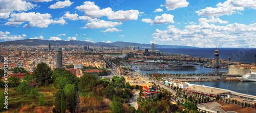 Malowniczą panoramę, HDR-obraz na panoramę Barcelony i jej portu na niebieski pochmurne niebo