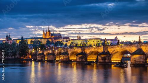 wieczorna-sceneria-w-pradze-rzeka-weltawa-i-most-karola